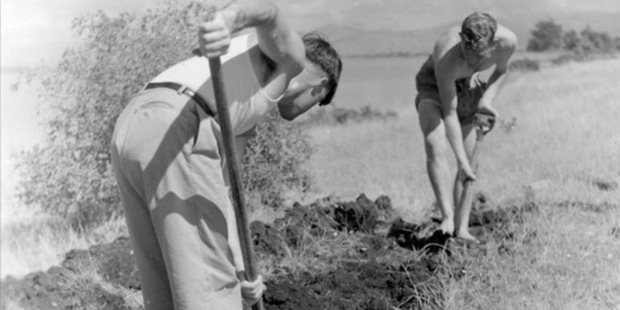 Jim Eyles (right) and Roger Duff dig at the bar site in the 1940s. Photo / Canterbury Museum