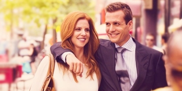 Sarah Rafferty as Donna Paulsen and Gabriel Macht as Harvey Specter in Suits.