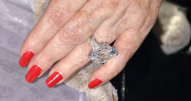 Elizabeth Taylor wearing the 33 carat diamond ring in 2006. Photo / Getty