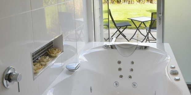 The luxurious bath at the Platinum Lodge just outside of Stratford. Photo / platinumlodge.co.nz