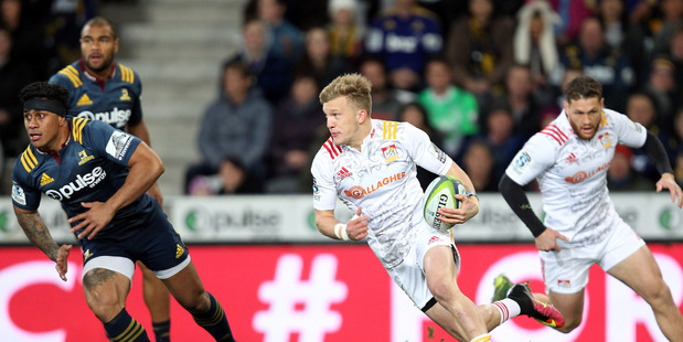 IN FORM: Damian McKenzie sparks another Chiefs attack from fullback against the Highlanders last week. PHOTO/GETTY IMAGES 230716sp19BOP