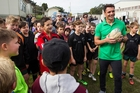 Carter was on Waiheke yesterday to present the school with a $10,000 sports gear prize. Photo / Jason Oxenham