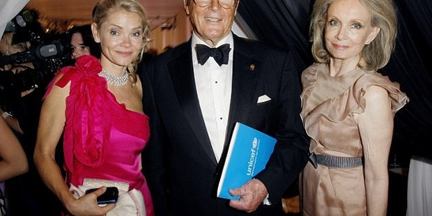 Sir Roger with Kiki (right) and Christina Knudsen (left) in 2010.