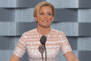 Elizabeth Banks' jokes tanked with the crowd at the Democratic convention.