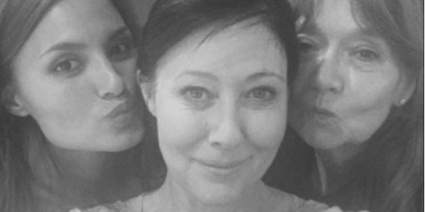 During the emotional process, Shannen Doherty was surrounded by friends, who posed for selfies with the star and helped her with the razor. Photo / Shannen Doherty Instagram
