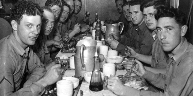 US  servicemen in Auckland at their traditional Thanksgiving Day feast. Photo / Weekly News