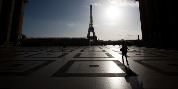 Tourists walk through the Jardins du Trocadero in front of the Eiffel Tower in Paris, France. Photo /Bloomberg
