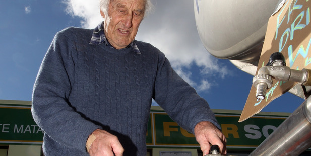 Keith Thomson filling up with water from a tanker in Havelock North. Photo / Hawke's Bay Today