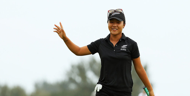 Lydia Ko celebrates on the 18th hole after sinking a putt to claim the silver medal. Photo /Getty