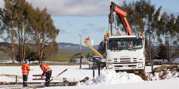 GANGING UP: Electricity supply gangs at work in the Lochinver Station area off State Highway 5, during the replacement of more than 200 poles and restoration of supply to almost 200 homes and farms hit by the snow storm four weeks ago. PHOTO/SUPPLIED