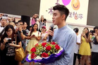 The man confessed his love for a student in public, with a giant heart from hundreds of pomelos. Photo / Australscope