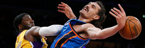 Steven Adams (right) tangles with the Lakers' Roy Hibbert. Photo / AP