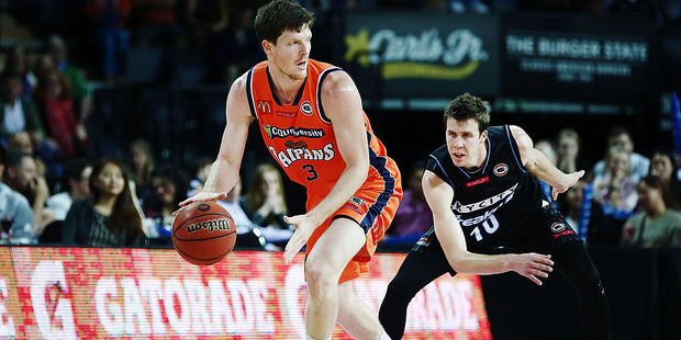 Cameron Gliddon of the Taipans competes against Tom Abercrombie of the Breakers. Photo / Getty