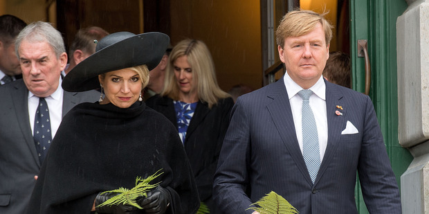 King Willem-Alexander and Queen Maxima prepare to lay ferns at the Tomb of the Unknown Warrior. Photo/Pool.