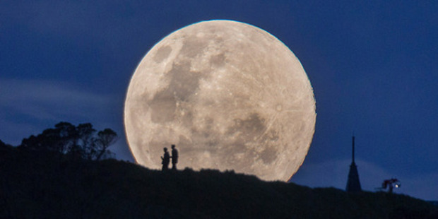 The supermoon rises over Mt Eden, Auckland on August 10, 2014. Photo / SNPA / Simon Runting