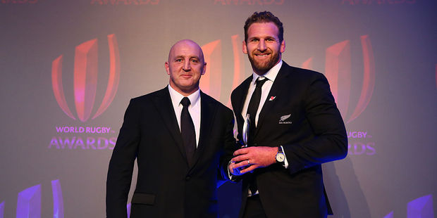 Former Ireland hooker Keith Wood presents Kieran Read with the World Rugby Team of the Year 2016 Award. Photo / Getty Images