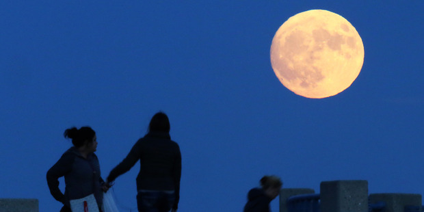 Loading Does the moon influence earthquakes? picture / AP