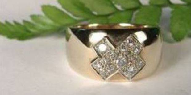 If you're offered jewellery like this, be warned - it is likely to have been stolen, police said. Photo / Supplied