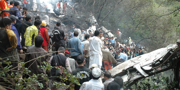 Rescuers search for survivors amid the wreckage of a plane that crashed on July 28, 2010 in Margala Hills on the outskirts of Islamabad, Pakistan. Photo / Getty Images
