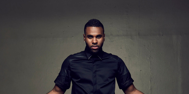 Video has emerged of singer Jason Derulo leaving the scene of a massive fight outside a Hollywood club.