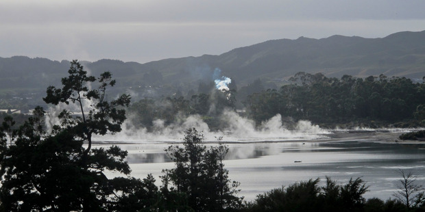A hydro-thermal eruption in Te Ruapeka Bay, Lake Rotorua, this morning caused panic among residents. Photo / Alex Robertson