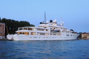Billionaire's mega-yacht damages reef