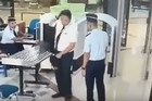 Video has emerged of a pilot for Garuda Air subsidiary Citilink passing through security at Surabaya airport, apparently intoxicated