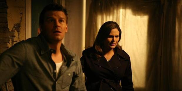 David Boreanaz and Emily Deschanel in a scene from the TV show Bones.