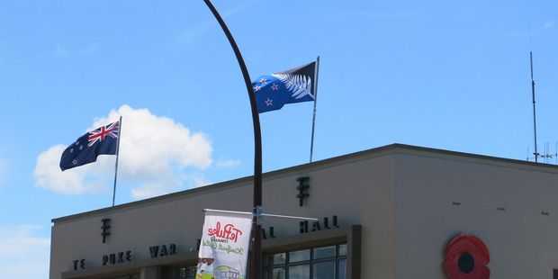 Te Puke people have the chance to compare both flags ahead of their choice in March for which they prefer as the national emblem. Photo/Pauline Carney