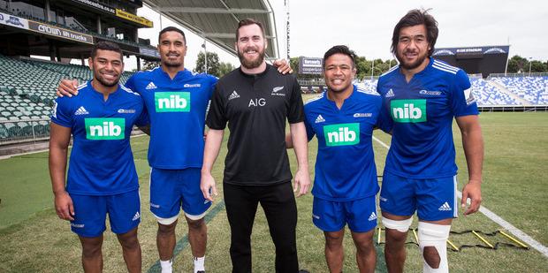 NFL player Rhett Ellison with Charles Piutau, Jerome Kaino, Keven Mealamu and Steven Luatua when he visited New Zealand in 2015. Photo / Dean Purcell