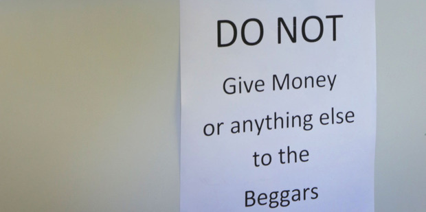 A sign in an Onekawa business discourages people from giving to beggars. Photo/Duncan Brown