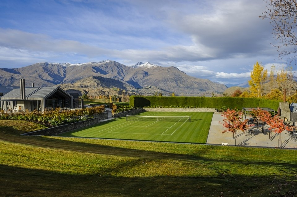 Guests can make use of a golf course, tennis court and swimming pool.