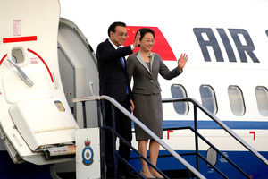 Chinese Premier Li Keqiang and his wife Cheng Hong wave as they arrive in Wellington. Photo / Anthony Phelps