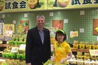 Zespri chief executive Lain Jager with a kiwifruit sales assistant in Japan. Photo/supplied