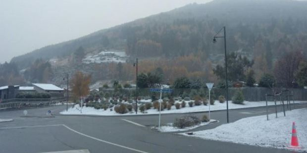 Arthurs Point residents woke up to a blanket of snow. Photo / Louise Scott, Otago Daily Times