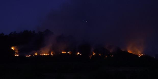 The glow of a large scrub fire near Whitianga on the Coromandel peninsula that is burning out of control and has destroyed at least four homes. Photo / Cassidy Dawson-Tobich