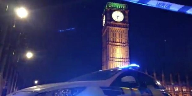 Watch London bridges closed after WWII bomb found