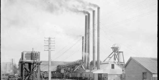 Ralph's Mine at Huntly. Photo / Price Collection, Alexander Turnbull Library, reference 1/2-001763-G.