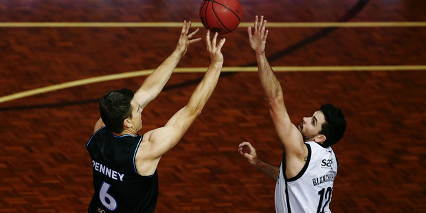 Kirk Penney of the Breakers shoots against Todd Blanchfield of Melbourne. Photo / Getty