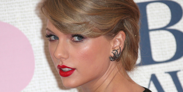 Taylor Swift poses for photographers upon arrival at the Brit Awards 2015. Photo/AP