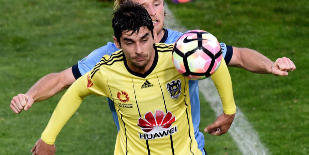 Gui Finkler of the Wellington Phoenix takes a pass with Sydney's Rhyan Grant during the A-League. Photo/Photosport