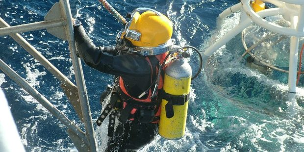 Navy divers onboard HMNZS Manawanui work to recover the bodies of Eric Hertz and his wife Kathy Hertz from the wreckage of their crashed plane, 54m below on the seabed 20km off Raglan. Photo / NZ Navy